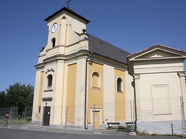 Zachráněný šikmý kostel Petra z Alkantary v Karviné