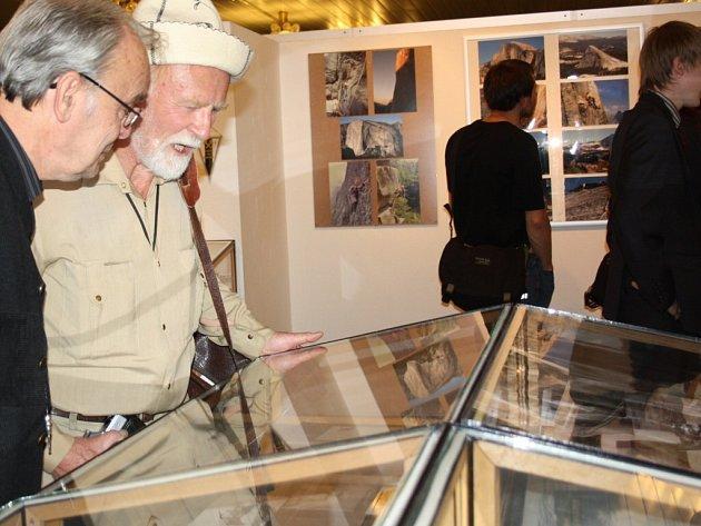 V Galerii Zdravého města na půdě karvinské fakulty Slezské univerzity je instalována výstava fotografií mapující 50 let existence horolezeckého oddílu TJ Baník Karviná.