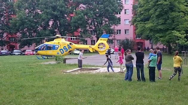 Záchranářský vrtulník mezi domy v Havířově.