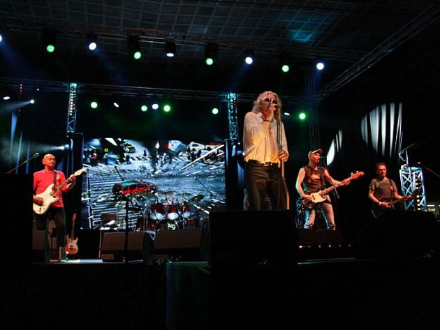 Polská rocková skupina Perfect byla hlavním tahákem letošního ročníku hudební přehlídky Dolański Gróm. Koncert na zimním stadionu, kde zahráli ještě polští T.Love a česká skupina Chinaski.