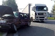 Nehoda nákladního a osobního automobilu pod Bludovickým kopcem v Havířově.