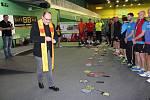 Karvinský farář v sobotu dopoledne požehnal sportovnímu náčiní hráčů, kteří se zúčastnili badmintonového turnaje.