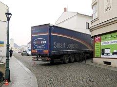 Při couvání zuličky narazil kamion do okrasného sloupu veřejného osvětlení. Škoda byla předběžně odhadnuta na 10 tisíc korun.
