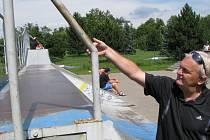 Ředitel Správy sportovních a rekreačních zařízení Václav Wicher ukazuje, jak byly konstrukce ve skateparku upraveny.
