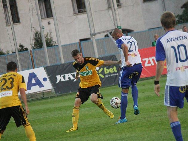 Karvinští fotbalisté (ve žlutém) na úvod nového ročníku FNL ve Znojmě remizovali.