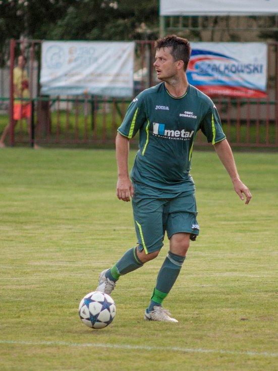 Třetí výhru v I.A třídě si připsali na konto fotbalisté Albrechtic (v modrém), kteří doma zdolali Dobratice 3:0.