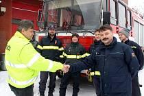 Dobrovolní hasiči z Bukovce převzali v Albrechticích vůz, který byl na prodej. Vpravo velitel bukovecké jednotky Daniel Hořava.