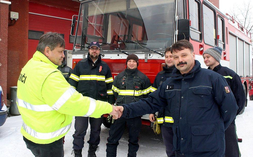 Dobrovolní hasiči z Bukovce převzali minulý týden v Albrechticích vůz, který byl na prodej. Vpravo velitel bukovecké jednotky Daniel Hořava.