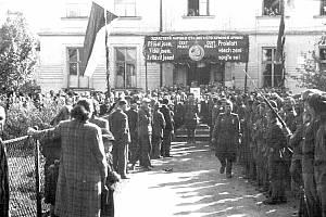 Na historických snímcích je přivítání sovětských vojáků v květnu 945 v Dětmarovicích.