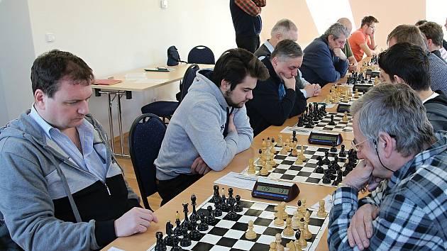 Havířovský Vlastimil Neděla (vlevo) v partii s doberským Josefem Lysem, bývalým hráčem Karviné.