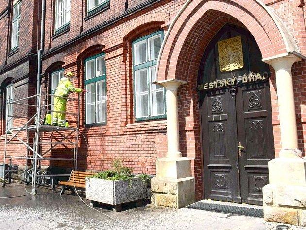 Fasáda stoleté neogotické radnice z červených cihel prochází v těchto dnech očistou.