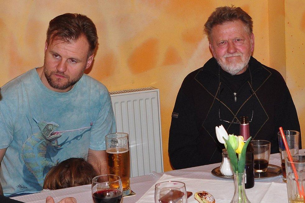 Ve věku 77 let zemřel havířovský fotograf Antonín Válek. Na snímku se synem Antonínem, také fotografem (vlevo).