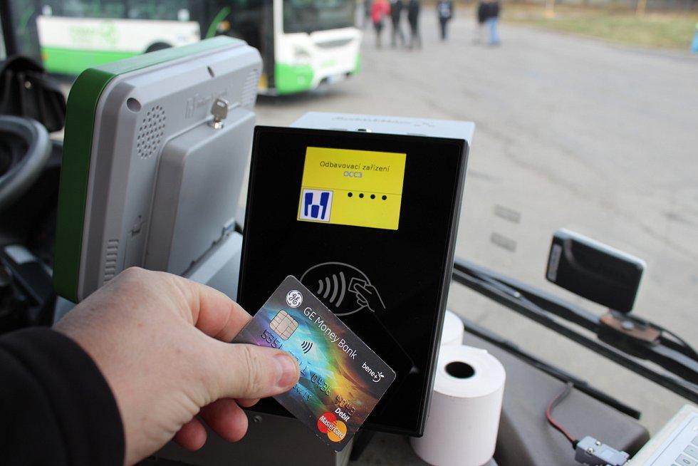 Nové nízkopodlažní autobusy s pohonem na zemní plyn pro městské a příměstské linky v Havířově. Od prosince 2017 je možné jízdné platit bezkontaktní platební kartou.