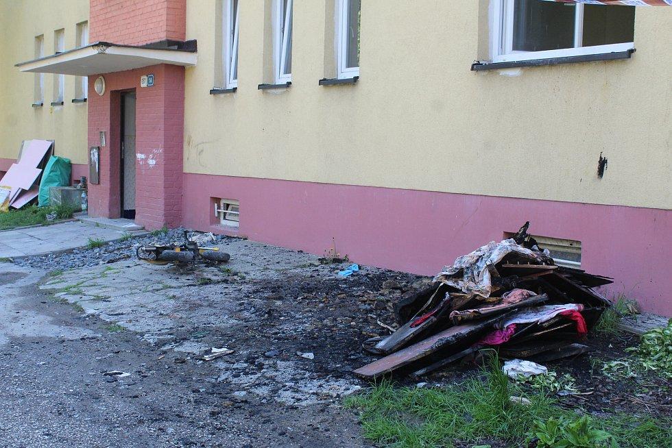 Dům v havířovské čtvrti Šumbark, kde v pondělí odpoledne došlo k požáru. Zemřely při něm dvě malé děti. Snímek z následujícího dne, úterý 19. května 2020.