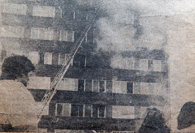 Dobový snímek ze 7. 3. 1987 z hašení požáru výškového domu v centru Havířova.