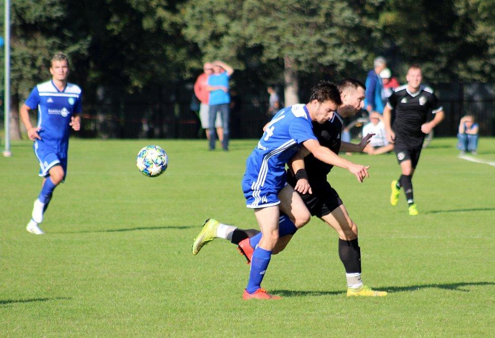 Derby o vedení v I.B třídě zvládly Věřňovice (v modrém), které porazily Záblatí 3:2.