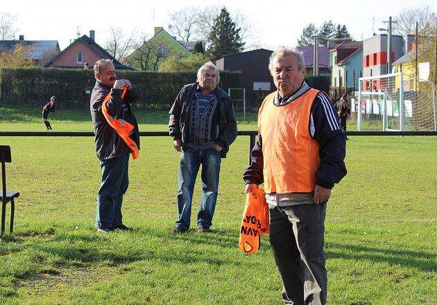 Dobrá parta. Zasloužili funkcionáři Baníku - srdcaři, pomáhají předsedovi Skýbovi schodem klubu.
