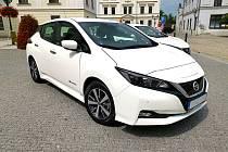 Karviná radnice má nově k dispozici dva elektromobily značky Nissan Leaf.