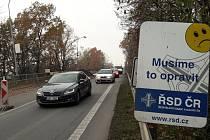 Už tři čtvrtě roku trvající oprava mostu v Bohumínské ulici v Karviné stojí. Dodavatelská firma je v insolvenci. Ředitelství silnic a dálnic už ale vybírá nového zhotovitele.