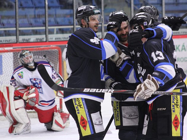 Havířovští hokejisté (v černém) porazili doma Karvinou.