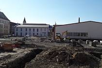 Oprava úseku Havlíčkovy ulice před ZŠ s polským vyučovacím jazykem se zpozdí nejméně o dva týdny. Naproti škole se staví nové obchodní centrum.