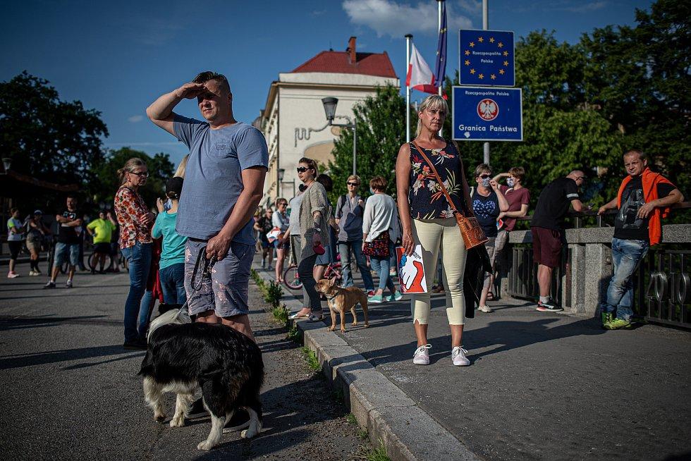 Tichý protest za otevření Českých a Polských hranic (Slezské vojvodství), 15. června 2020 v Českém Těšíně.