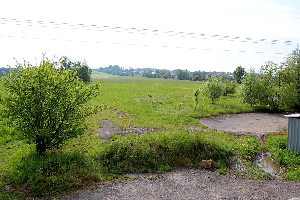 Na tomto pozemku po bývalém statku chce investor postavit výrobní halu.