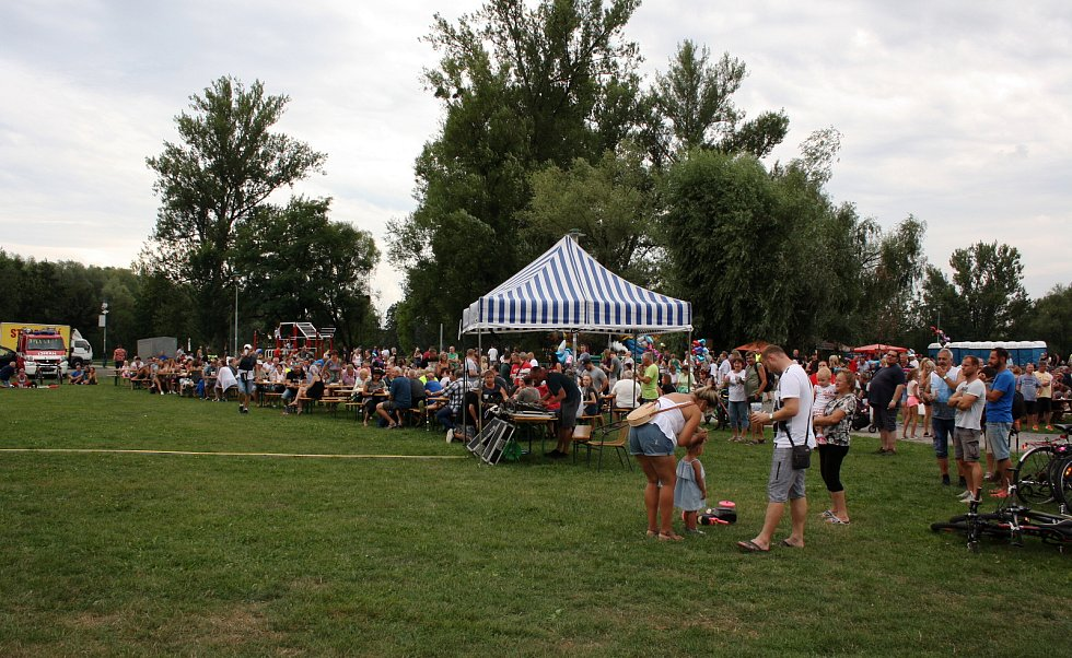 Stovky lidí navštívilo v sobotu odpoledne a večer Slavnosti piva a guláše v areálu karvinských Lodiček. Čekalo je nejen spousty gulášové dobroty a samozřejmě i pivního moku, ale také muzika, soutěže a další zábava.