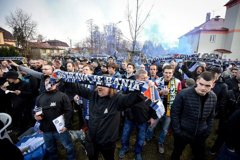 Utkání 26. kola první fotbalové ligy: MFK Karviná - Baník Ostrava, 29. března 2019 v Karviné. Na snímku fanoušci Baníku sledují zápas na TV před stadiónem.