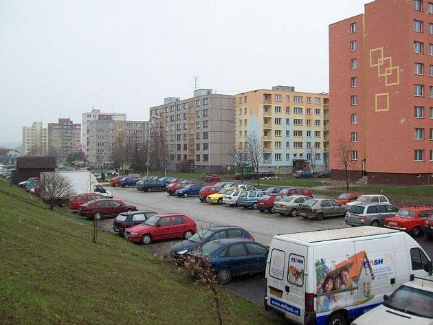 Kam zaparkovat? Problém, se kterým se denně potýkají stovky řidičů.
