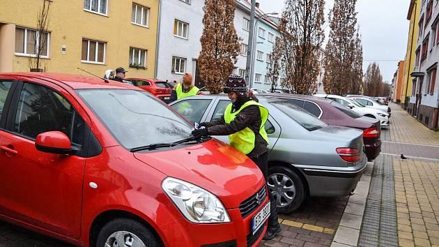 V ulicích ostravského obvodu dozorují bezpečnostní dobrovolníci třeba i na přechodech pro chodce.