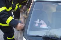 Záchrana malého dítěte z auta.