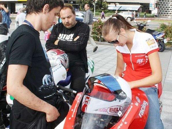 Závodnice Anežka Svobodová při autogramiádě.