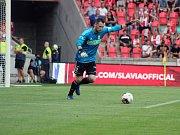 Filip Panák (u míče) na postu stopera výrazně ožil.