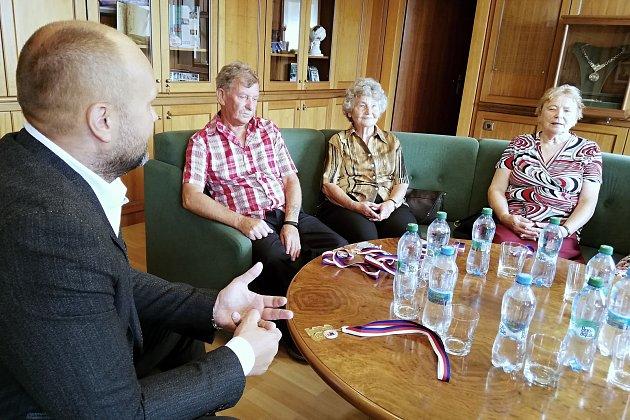 Zástupci havířovských seniorů, kteří se zúčastnili Krajských sportovních her vTřinci, přišli medaile ukázat primátorovi Havířova Josefu Bělicovi.