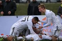 Je to blízko. Karvinští hráči si v posledním kole doma moc radosti neužili, tak si to vynahradili v Ústí nad Labem.