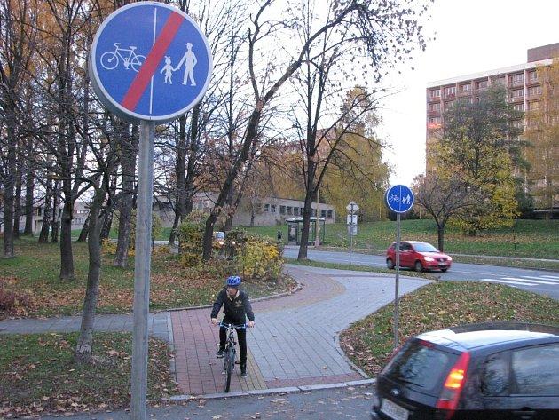 Nevýhodou cyklostezek zřízených rozpůlením chodníků je nutnost dávat přednost v jízdě autům při každém překonávání vozovky. Proto mnoho cyklistů tyto stezky využívat nechce.