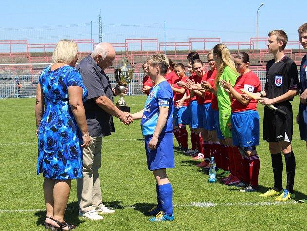 V létě přebíraly fotbalistky Havířova z rukou představitelů města pohár za vítězství v divizi. V nové sezoně si to mohou zopakovat, protože zůstávají v divizi.