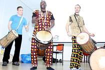 Mansa Camio (uprostřed) a Pavel Nowak (vpravo) zahráli dětem na bubny.