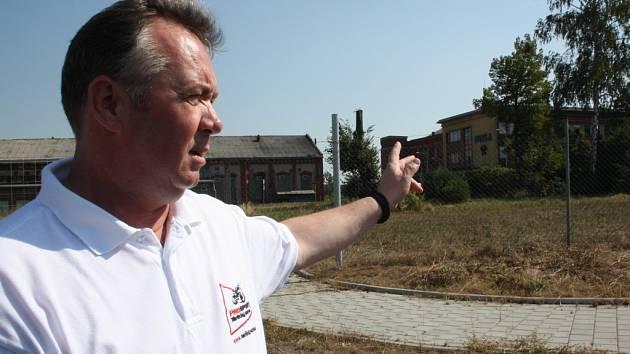Petr Hrabčák ukazuje k bývalému Dolu Dukla, kde plánuje vybudovat závodiště.
