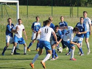 Fotbalisté Petřvaldu na Moravě (v bílém) skončili po sestupu z I. A třídy v soutěži o patro níže na 2. místě.