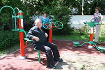 Tři karvinské kluby důchodců dostaly na zahrady moderní rehabilitační pomůcky.