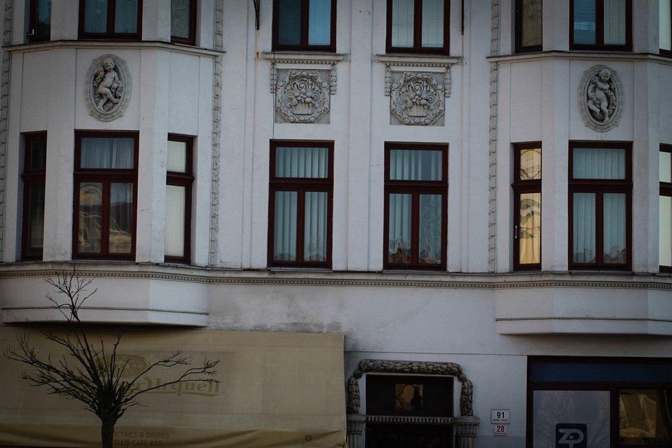 Hádanka č. 24: Zdobení domu nad restaurací Ellis na Masarykově náměstí.
