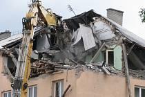 Demolice střechy a bytu v domě, který poškodil výbuch plynu.