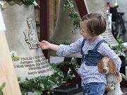 Před karvinskou farou ve Fryštátě jsou až do pondělního rána k vidění nové zvony, které budou osazeny na věž kostela.