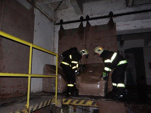 Osm jednotek hasičů zasahovalo ve čtvrtek večer u požáru části velkého objektu bývalých skladů v Orlové.