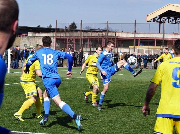 Havířovští fotbalisté (v modrém) při vstupu do jarní části divize zdolali Šternberk 5:0.