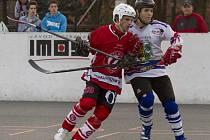 Karvinští hokejbalisté (vpravo Zaremba) zažili bodový víkend.