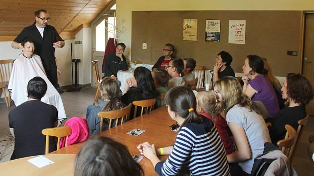 Orlovský SAM, to je několikadenní setkání křesťanů všeho směru u orlovského evangelického kostela, plné seminářů, besed, workshopů i kultury. Jedním z hostů letošního ročníku byl i známý brněnský kadeřník a katolický jáhen Jan Špilar.