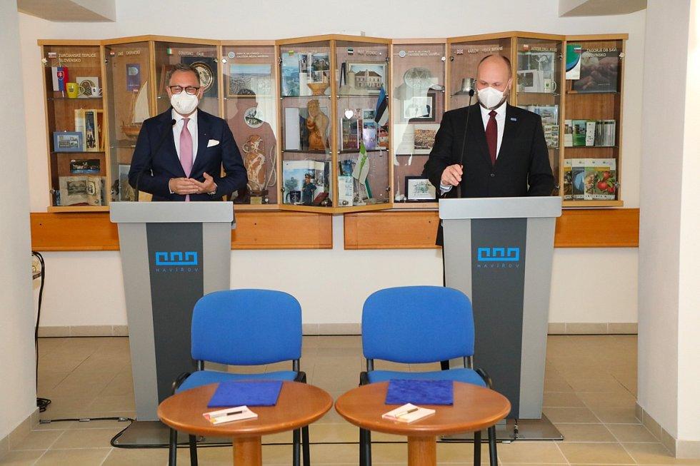 Na fotografiích zleva generální ředitel ČEZ ESCO Kamil Čermák a primátor Havířova Josef Bělica.